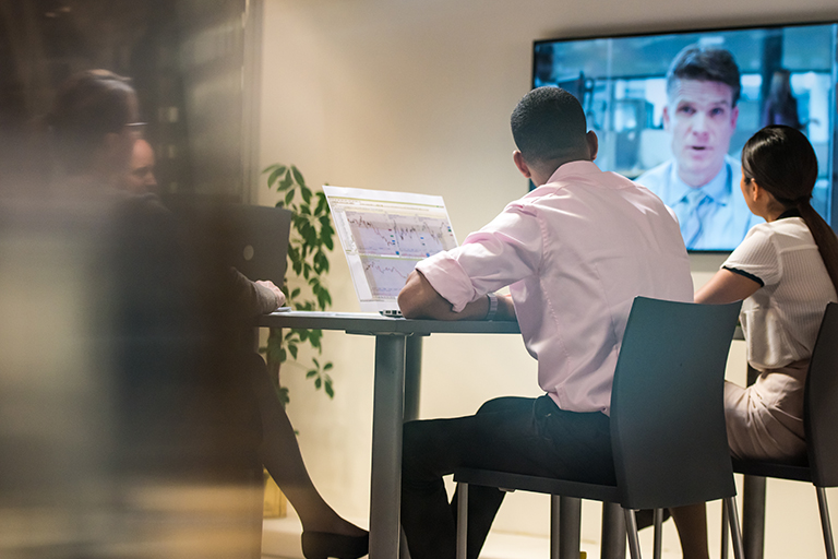 Menschen halten Videokonferenz mit einem Videokonferenz System