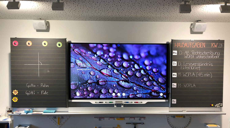 Smart Interactive Board im Klassenzimmer, zwischen Wandtafel