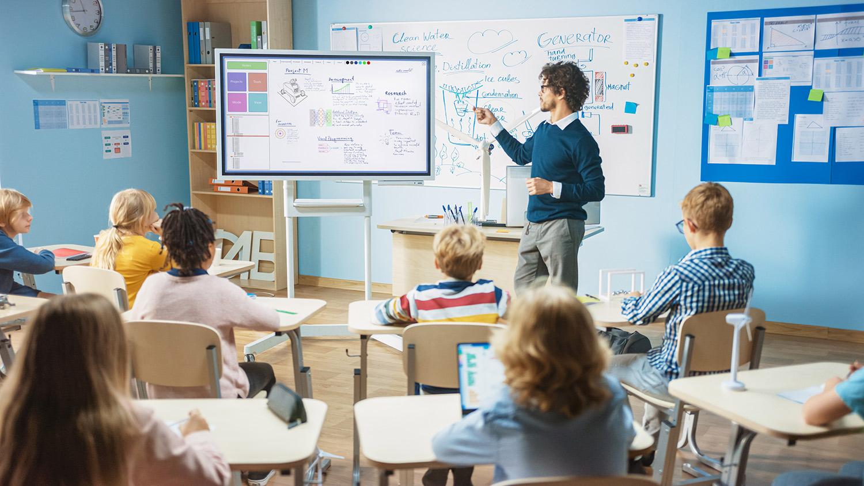 Interaktives Whiteboard in der Schule als Ersatz für Wandtafel