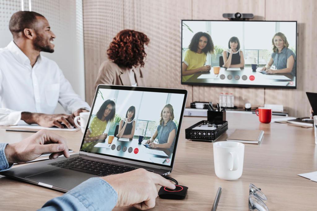 Zwei Teams halten Videokonferenz mit ClickShare Conference