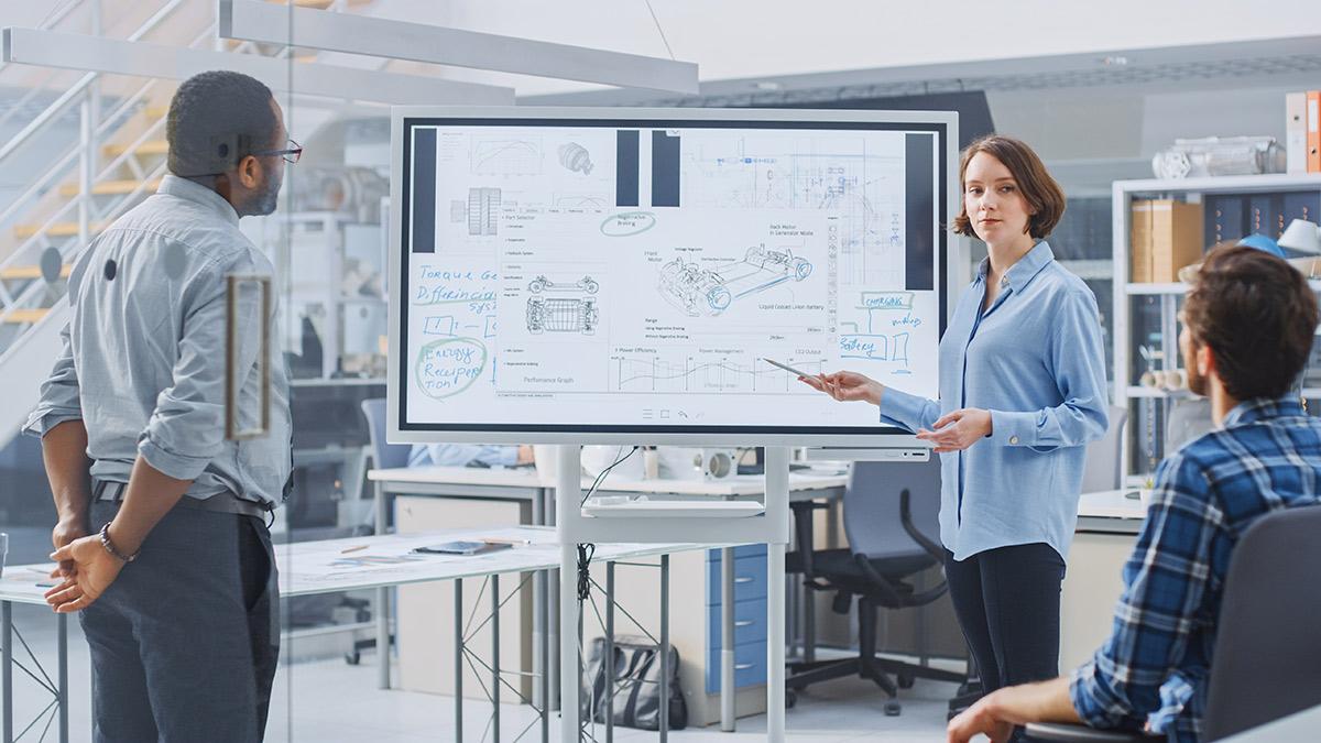 Frau referiert mit digitalem Whiteboard im Büro